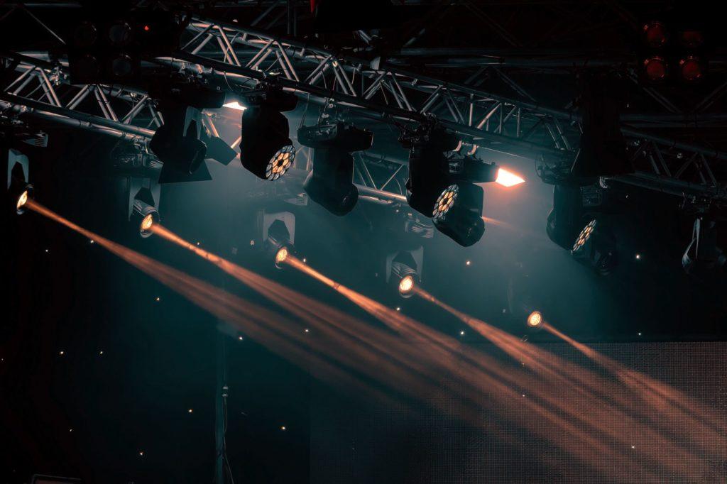בחירת ציוד תאורה והגברה להפקת אירועים